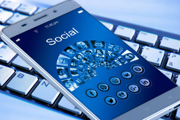 5 must have iPhone apps for social media